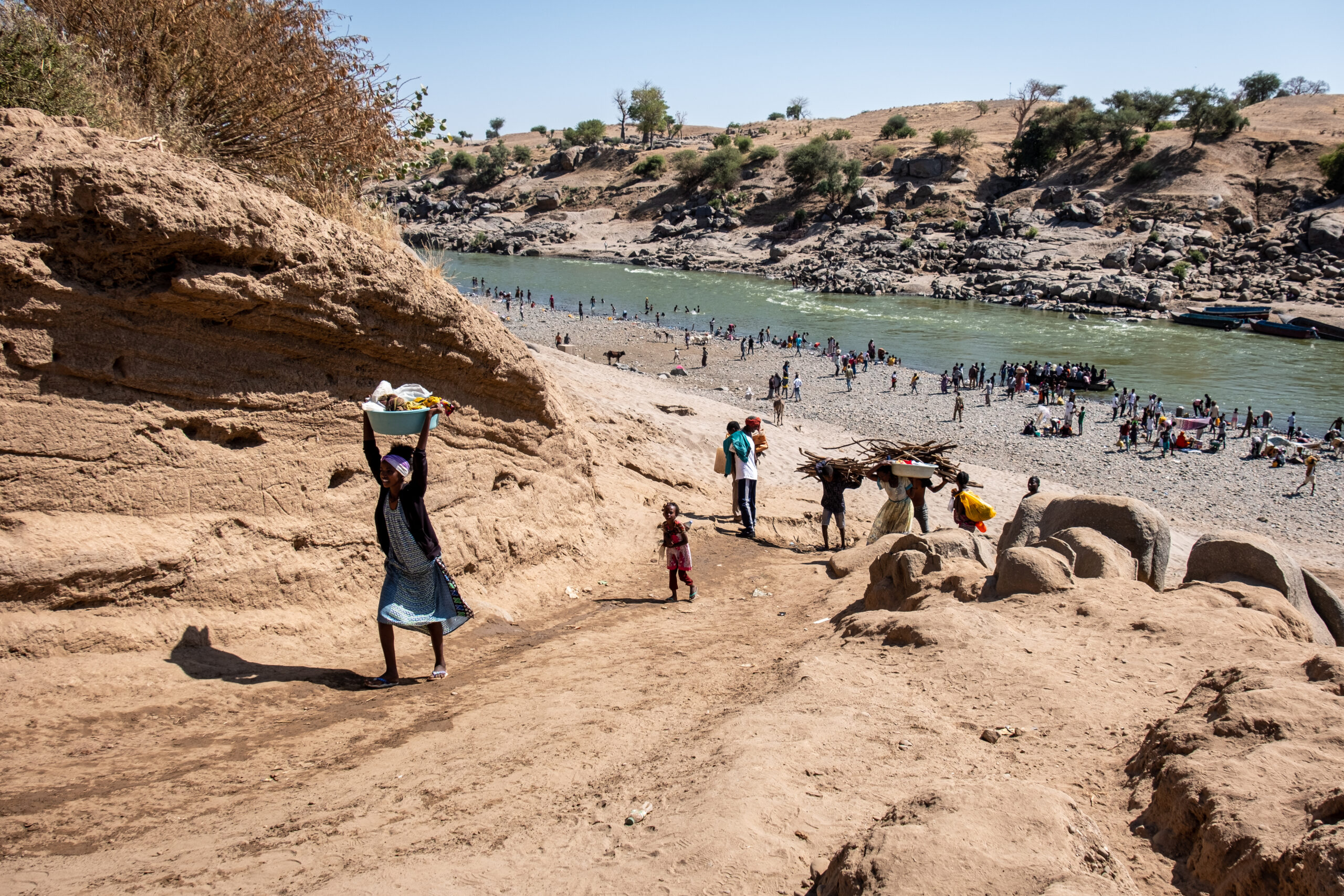 Ethiopian refugees cross the Tekeze River to a border town, Hamdayet. Photo by Joost Bastmeijer.